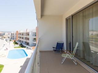 Spacious and Modern 2 Bedroom Air Conditioned Apartment with Pool, Large Balcony with BBQ, São Martinho do Porto