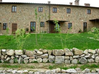 Tuscan-style apartment in spectacular surroundings, shared outdoor pool, sleeps up to 6, San Gimignano