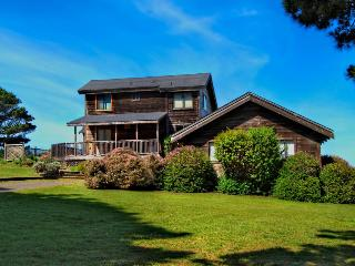 3BR home w/private hot tub; ocean views; walk to downtown, Mendocino