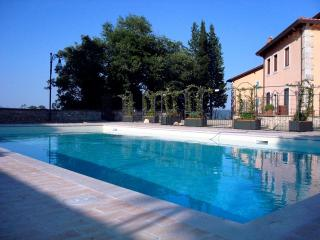 Tuscan apartment with pool in Cetona