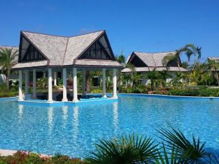 Lazy Lizard - Beach Front - 6 Bedrooms, Antigua
