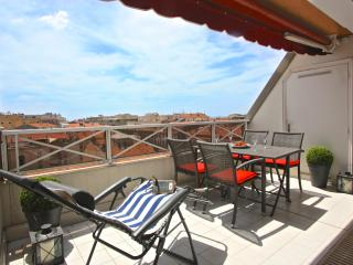 Le Donatello: Bright and stylish top floor holiday, Nice