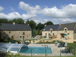 Set in 8 acres, 8 bedroom Gite with pool, hot tub, Saint-Servant