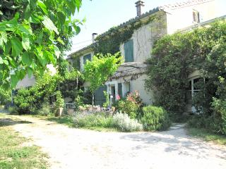 Charming Provencal holiday house with private outdoor pool, sleeps 6, Bedoin