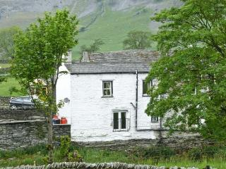 RIVERSIDE COTTAGE, pet friendly, character holiday cottage, with open fire in Helwith Bridge, Ref 913469, Horton-in-Ribblesdale