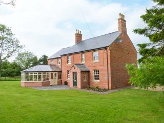HALL COTTAGE, wheelchair friendly lift to first floor, WiFi, patio with furniture, Ref 914124, Wragby