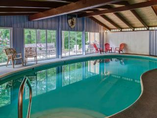 Woodsy Lodge with  Private INDOOR Pool and Sauna!, North Conway