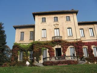 VARESE IN A CHARMING FRESCOED VILLA!!!, Varese