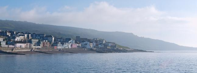 Lyme Regis on the Jurassic Coast - sandy area for children - great food - bus from Goodlands in to L