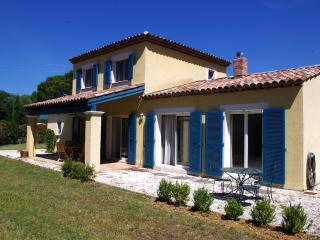 Villa Chênes Blanc, Pet-Friendly Holiday Home with Fireplace and Terrace, Saint-Cezaire-sur-Siagne