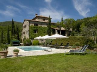 Beautiful four bedroom Tuscan villa with private pool and garden, Cortona