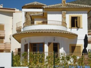 Lovely Villa with a Private Pool Sleeps 6, Benidorm
