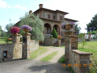 Holiday apartment on the ground floor of stunning stone built home in Arezzo, Tuscany, sleeps 4