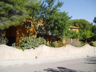 Casa Adam, private pool, onsite parking, sleeps 4, El Catllar
