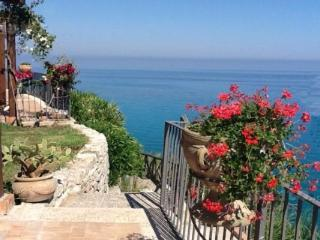 Holiday villa with direct sea access, Parghelia