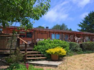 Home w/private hot tub; deck & ocean views; park access, Mendocino