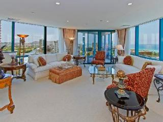 Waikiki Landmark Estate made of penthouse suites & close to beach- Ideal for groups, Honolulu