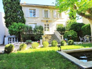 Gorgeous stone manor located in quiet Avignon neighbourhood, sleeps up to 14, satellite TV and wi-fi, Aviñón