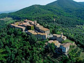 Holiday Apartment, shared pool, near Volterra, Montecatini Val di Cecina