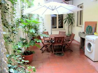 Spacious groundfloor apartment with internal courtyard  near Florence's Piazza San Marco, sleeps 5, Florencia