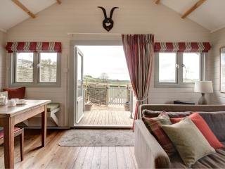 Cotswold holiday lodge with views and tennis court, Winchcombe