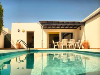 Villa Lapa pool, wifi, sun and beach, Puerto Del Carmen
