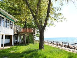 Vashmar. Lots of windows and sunshine looking over Lake Michigan. Saturday Rental. Closed 10/15-4/15., South Haven