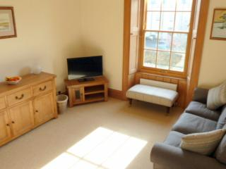 St Andrews area sunny apartment with parking, Anstruther