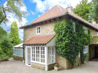 FIRBANK COTTAGE, open fire, WiFi, enclosed garden with furniture, tennis courts available, near Castleton, Ref 30565