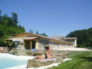 Large Marche villa with pool ideal up to 27 guests, Apecchio