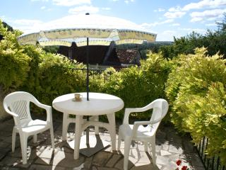 Maison Requin hillside cottage with great views, Bourre