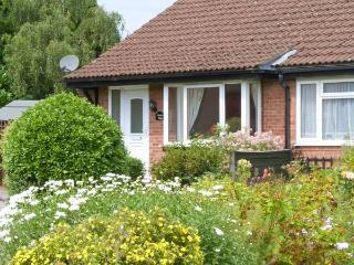 MOORS EDGE, all ground floor, enclosed garden with furniture, great base for exploring North Yorkshire, Ref 906916, Kirkbymoorside