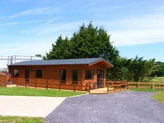 FALLOWS, detached, woodburning stove, patio with hot tub, fishing on site, Ref 914501, St. Asaph