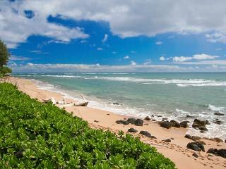 Oceanfront Condominium and walking distance to shops and restaurants., Kapaa