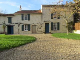 Le Vert - lovely cottage in village by a river., Chef-Boutonne