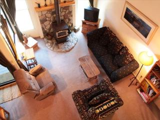 Light & spacious 1 bedroom + loft 2 bath across the street from The Village., Mammoth Lakes