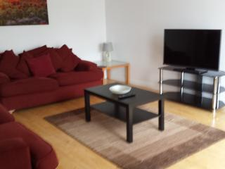 Modern 3 bedroom apartment with private parking, Glasgow