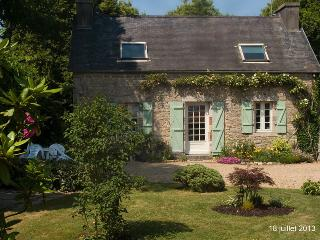 Lovely restored stone cottage, Le Cloitre-Saint-Thegonnec