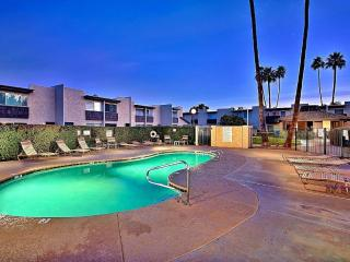 2BR Scottsdale Oasis - Views of Camelback Mountain & Ultimate Location - Recently Remodeled & Updated. Extended stay discounts!
