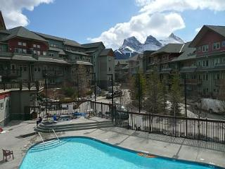 Mountain Views +  Year Round Pool & 3 Hot Tubs, Canmore