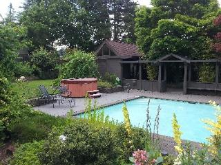 Fantastic home with private pool and hot tub, Eugene