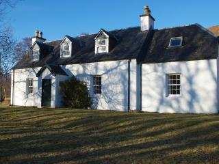 Strathan House remote farmhouse with mountain view, Lochcarron
