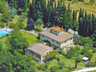 Fantastic 2 bedroom apartment in Traditional Tuscan villa with amazing views of the countryside and pool access, sleeps 4, San Gimignano