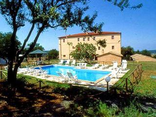 Tuscan farmhouse near the sea with access to shared pool and gardens, great location for a family getaway, Montescudaio
