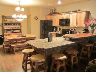 *3 BR, 2 Bath Lodge Cabin on Table Rock Lake with Dock Access, Hollister