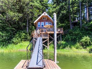 Cozy lakeside cottage w/dock!, Lakeside