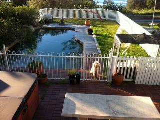 3 bedroom cottage by the beach with pool, Thirroul