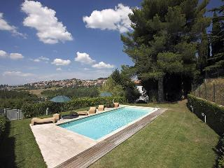 Stunning Siena villa with 5 bedrooms, amazing private pool and courtyard, Sienne