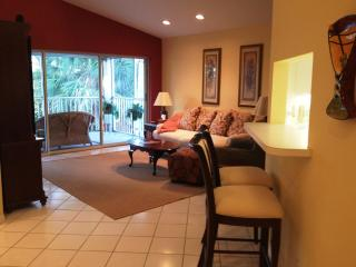 Beautiful & Convenient North Naples Condo, Nápoles