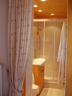 En suite shower/wash basin/wc off main bedroom